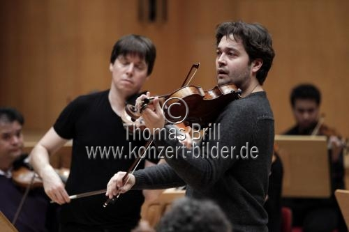 Amerikanischer Violinist Joshua Bell leitet das Orchester der Academy of St Martin in the Fields in Begleitung des britischen Violinisten Lawrence Power in der Philharmonie Köln (© Thomas Brill)