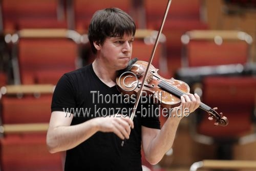 Amerikanischer Violinist Joshua Bell leitet das Orchester der Academy of St Martin in the Fields in der Philharmonie Köln (© Thomas Brill)